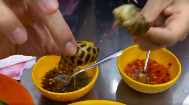 Ốc, bánh tráng trộn Sài Gòn được khen hết lời trên truyền hình Mỹ - Ảnh 2.