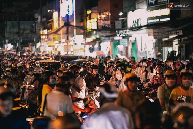 Phát điên, ngộp thở vì cảnh giờ nào cũng kẹt xe, chỗ nào cũng kẹt xe ở Sài Gòn - Ảnh 2.