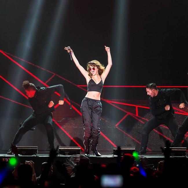Selena Gomez lại khiến fan rạo rực với loạt trang phục biểu diễn trong tour mới nhất - Ảnh 11.
