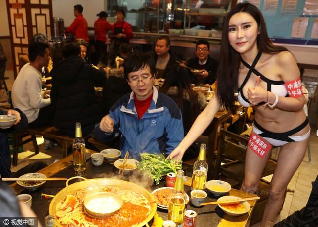 Nhà hàng lẩu gây chú ý khi dùng người mẫu mặc bikini tiếp đồ ăn cho khách giữa ngày đông giá rét - Ảnh 7.