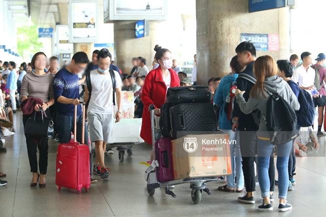Ngọc Trinh gặp rắc rối với hành lý khi vừa về tới Việt Nam - Ảnh 10.