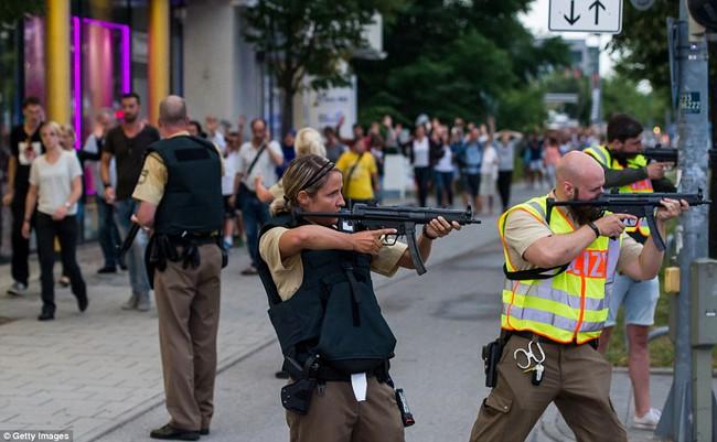 Đức: Xả súng tại trung tâm thương mại thành phố Munich, ít nhất 6 người chết - Ảnh 7.