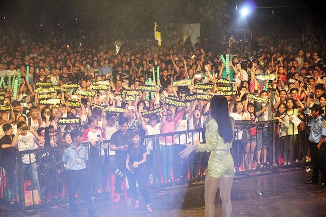 Đông Nhi sung hết cỡ cùng hàng nghìn fan trong đêm mở màn tour liveshow xuyên Việt - Ảnh 3.