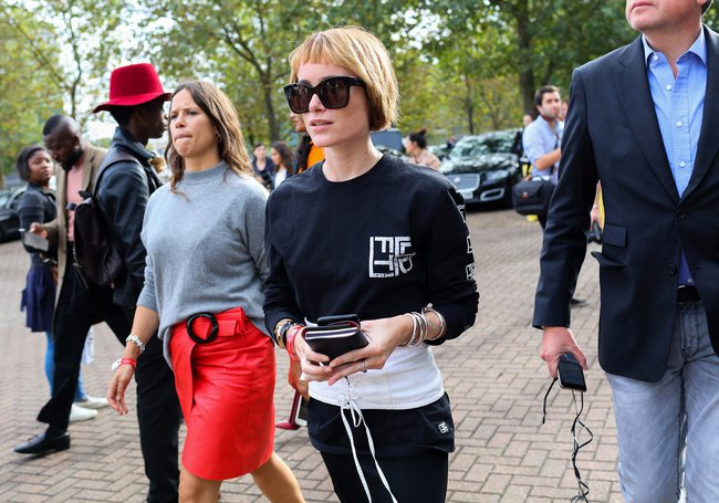 Fashionista thế giới náo loạn vì tóc nhuộm neon cùng mái siêu ngắn chẳng giống ai - Ảnh 11.
