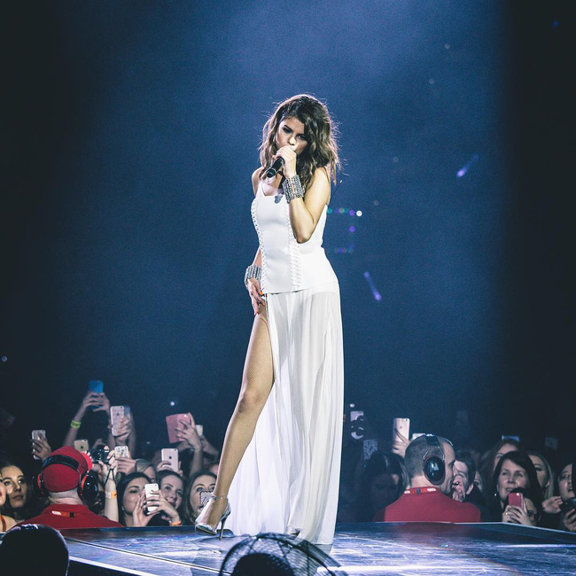Selena Gomez lại khiến fan rạo rực với loạt trang phục biểu diễn trong tour mới nhất - Ảnh 13.