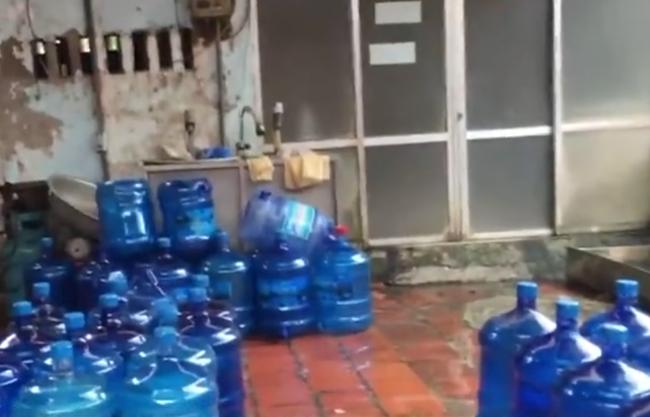 Clip: Kinh hoàng nước đóng chai sử dụng nguồn nước giếng khoan từ nghĩa địa - Ảnh 3.
