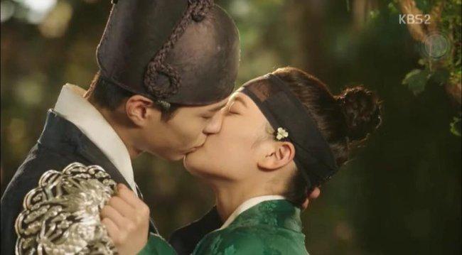 Không cần biết Yoo Jung là trai hay gái, Bo Gum vẫn nhắm mắt đưa môi