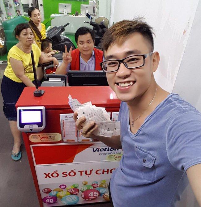 Người Sài Gòn hào hứng trải nghiệm vé số tự chọn giải thưởng 12 tỷ lần đầu ra mắt - Ảnh 2.