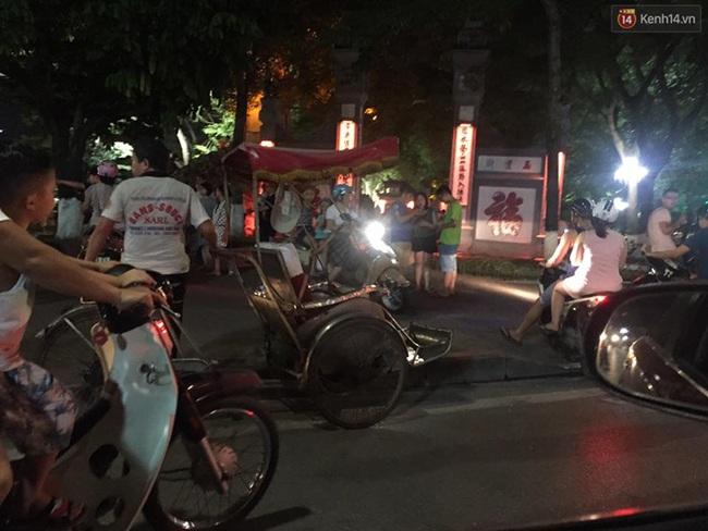 Chùm ảnh: Gần nửa đêm vẫn tắc đường vì người người đổ xô đi săn Pokemon - Ảnh 1.