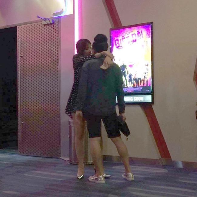 Lộ ảnh Hari Won - Trấn Thành ôm ấp bất chấp đang ở rạp chiếu phim công cộng - Ảnh 1.