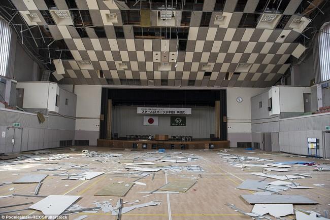 Chùm ảnh: Những bức hình ám ảnh về thị trấn ma sau thảm họa nhà máy hạt nhân Fukushima, Nhật Bản 2011 - Ảnh 14.