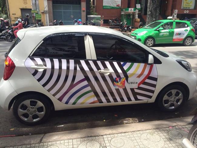 Những chiếc taxi treo cờ lục sắc để hưởng ứng ngày hội Viet Pride ở Sài Gòn - Ảnh 7.