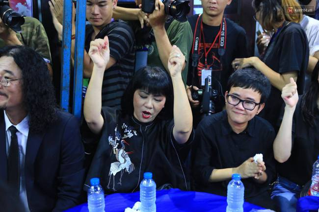 Dưới cơn mưa, anh em đồng nghiệp đang cùng hát những ca khúc vang danh, Minh Thuận ơi, anh mỉm cười chào tạm biệt nhé! - Ảnh 10.