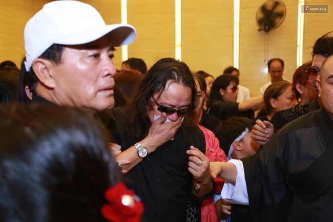 Anh em, gia đình chạm tay vào di ảnh, nói lời tạm biệt đến Minh Thuận - Ảnh 15.