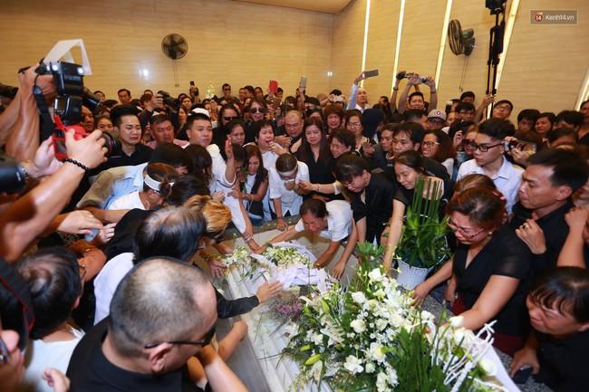 Anh em, gia đình chạm tay vào di ảnh, nói lời tạm biệt đến Minh Thuận - Ảnh 11.