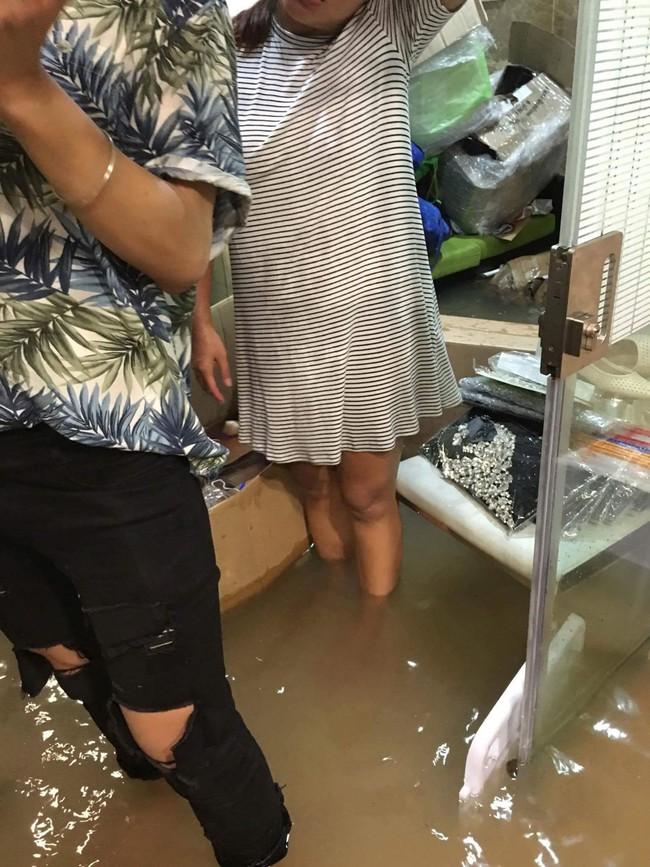 Biệt thự 60 tỷ của Đàm Vĩnh Hưng bị mưa ngập đến gần đầu gối, đồ đạc trôi lênh láng - Ảnh 4.