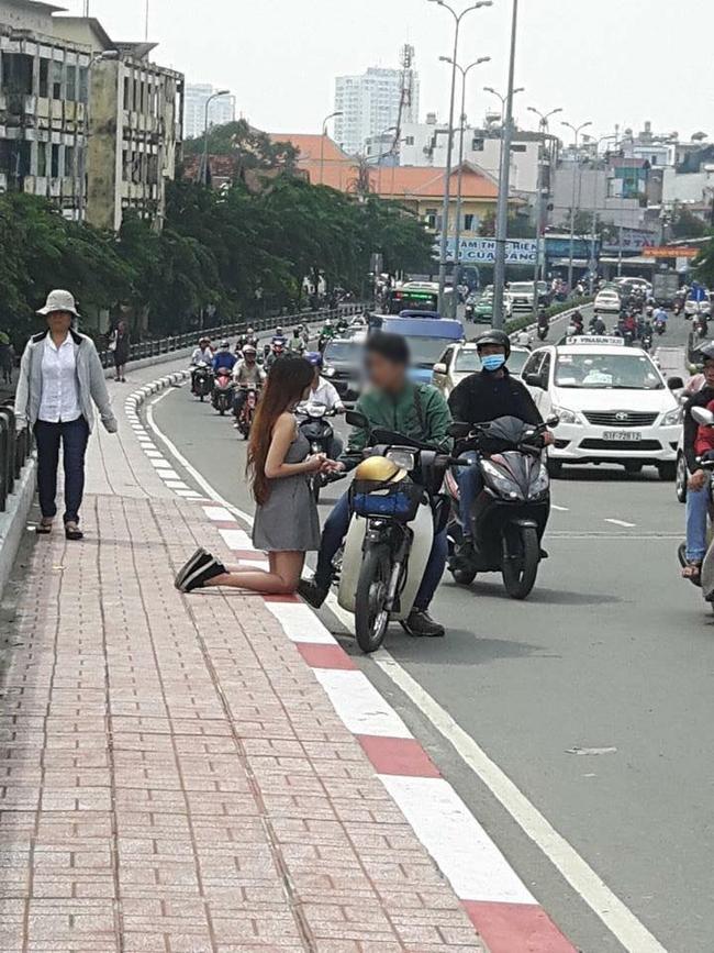 Bức ảnh cô gái quỳ gối bên cạnh chàng trai ở đường phố Sài Gòn gây xôn xao - Ảnh 2.