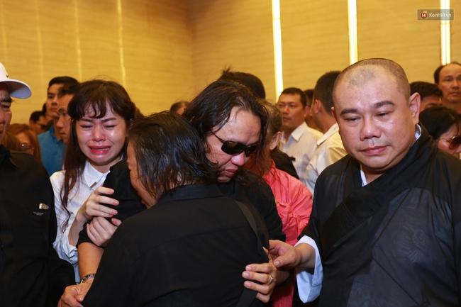 Anh em, gia đình chạm tay vào di ảnh, nói lời tạm biệt đến Minh Thuận - Ảnh 16.
