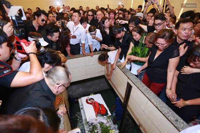 Anh em, gia đình chạm tay vào di ảnh, nói lời tạm biệt đến Minh Thuận - Ảnh 13.