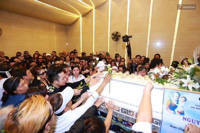 Anh em, gia đình chạm tay vào di ảnh, nói lời tạm biệt đến Minh Thuận - Ảnh 9.