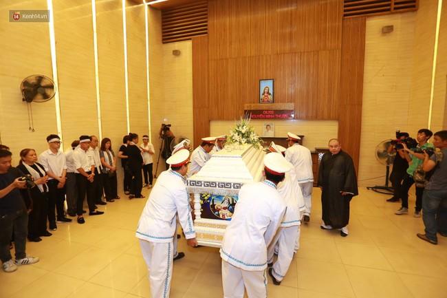 Anh em, gia đình chạm tay vào di ảnh, nói lời tạm biệt đến Minh Thuận - Ảnh 6.