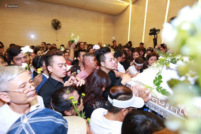 Anh em, gia đình chạm tay vào di ảnh, nói lời tạm biệt đến Minh Thuận - Ảnh 8.
