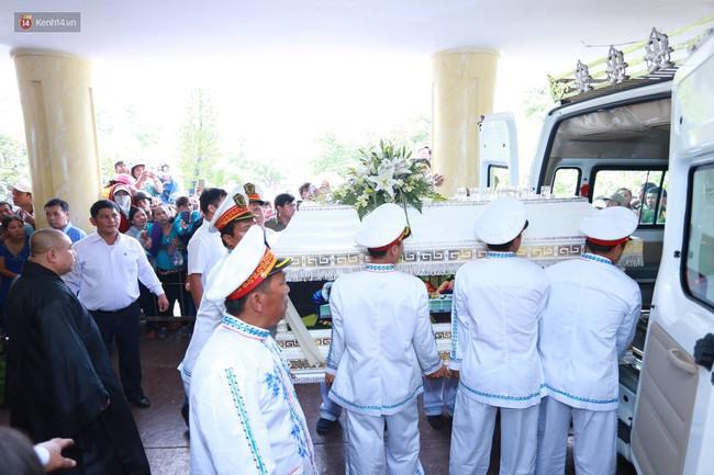 Anh em, gia đình chạm tay vào di ảnh, nói lời tạm biệt đến Minh Thuận - Ảnh 4.