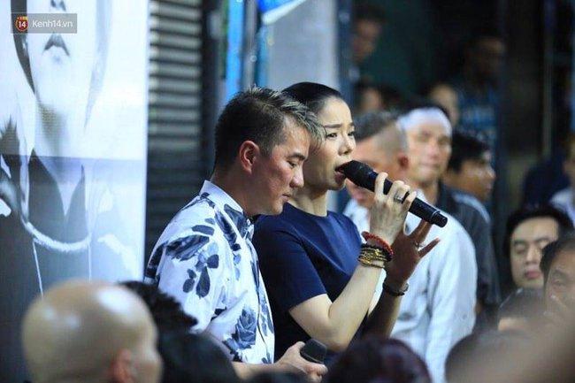 Dưới cơn mưa, anh em đồng nghiệp đang cùng hát những ca khúc vang danh, Minh Thuận ơi, anh mỉm cười chào tạm biệt nhé! - Ảnh 40.