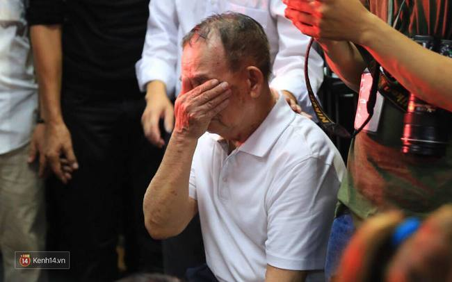 Dưới cơn mưa, anh em đồng nghiệp đang cùng hát những ca khúc vang danh, Minh Thuận ơi, anh mỉm cười chào tạm biệt nhé! - Ảnh 11.
