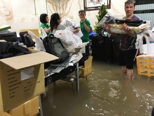 Biệt thự 60 tỷ của Đàm Vĩnh Hưng bị mưa ngập đến gần đầu gối, đồ đạc trôi lênh láng - Ảnh 1.