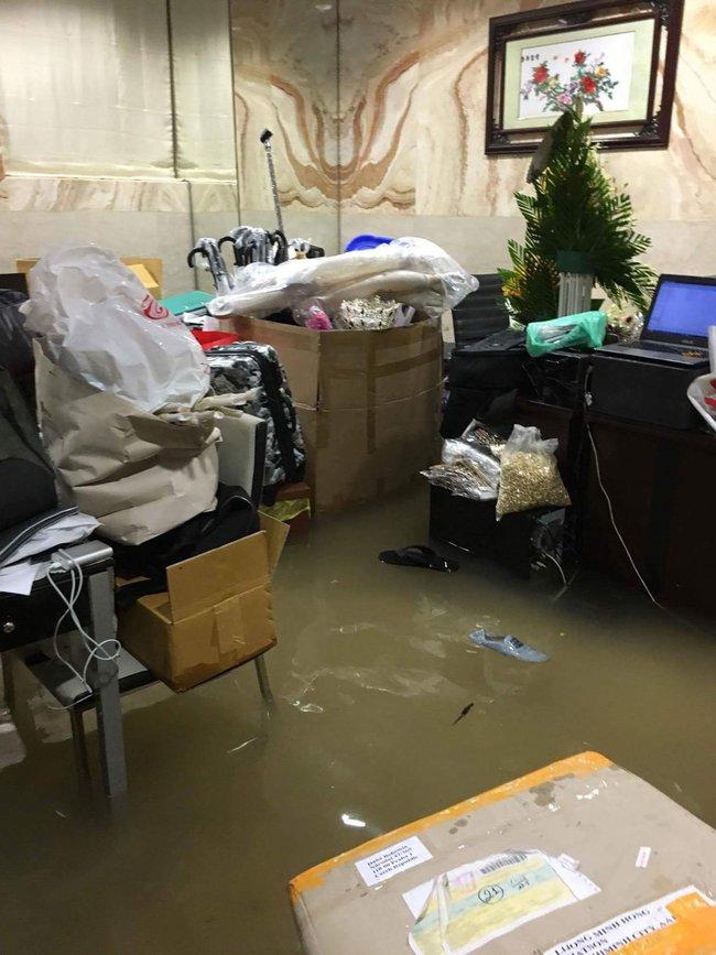 Biệt thự 60 tỷ của Đàm Vĩnh Hưng bị mưa ngập đến gần đầu gối, đồ đạc trôi lênh láng - Ảnh 5.