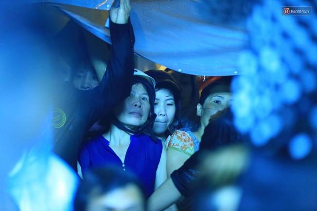 Dưới cơn mưa, anh em đồng nghiệp đang cùng hát những ca khúc vang danh, Minh Thuận ơi, anh mỉm cười chào tạm biệt nhé! - Ảnh 39.