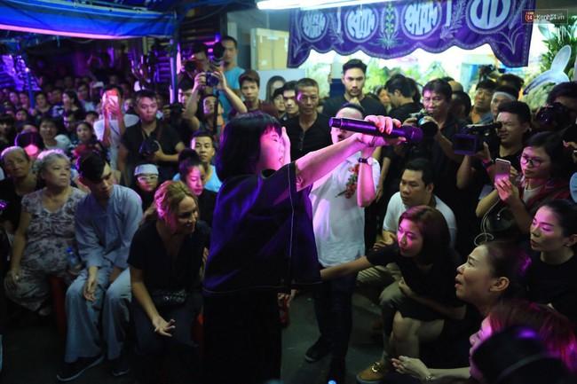 Dưới cơn mưa, anh em đồng nghiệp đang cùng hát những ca khúc vang danh, Minh Thuận ơi, anh mỉm cười chào tạm biệt nhé! - Ảnh 17.