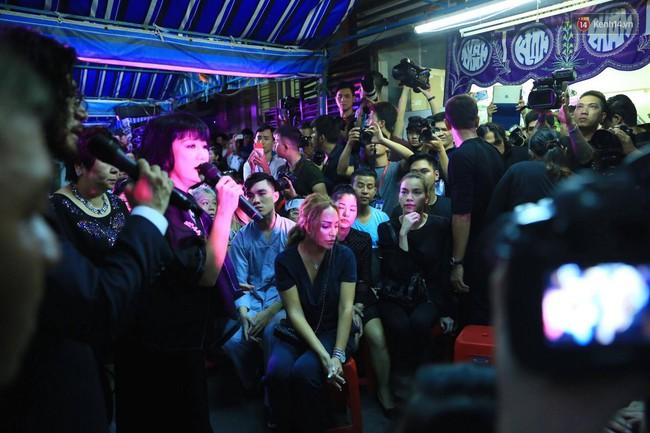 Dưới cơn mưa, anh em đồng nghiệp đang cùng hát những ca khúc vang danh, Minh Thuận ơi, anh mỉm cười chào tạm biệt nhé! - Ảnh 21.