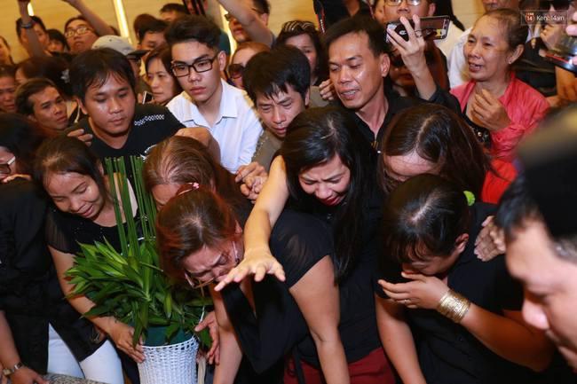 Anh em, gia đình chạm tay vào di ảnh, nói lời tạm biệt đến Minh Thuận - Ảnh 12.