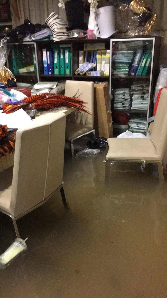 Biệt thự 60 tỷ của Đàm Vĩnh Hưng bị mưa ngập đến gần đầu gối, đồ đạc trôi lênh láng - Ảnh 7.