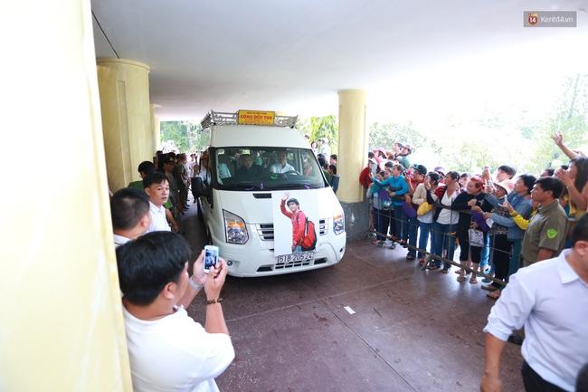 Anh em, gia đình chạm tay vào di ảnh, nói lời tạm biệt đến Minh Thuận - Ảnh 3.