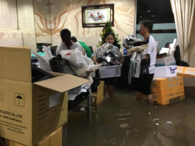 Biệt thự 60 tỷ của Đàm Vĩnh Hưng bị mưa ngập đến gần đầu gối, đồ đạc trôi lênh láng - Ảnh 3.