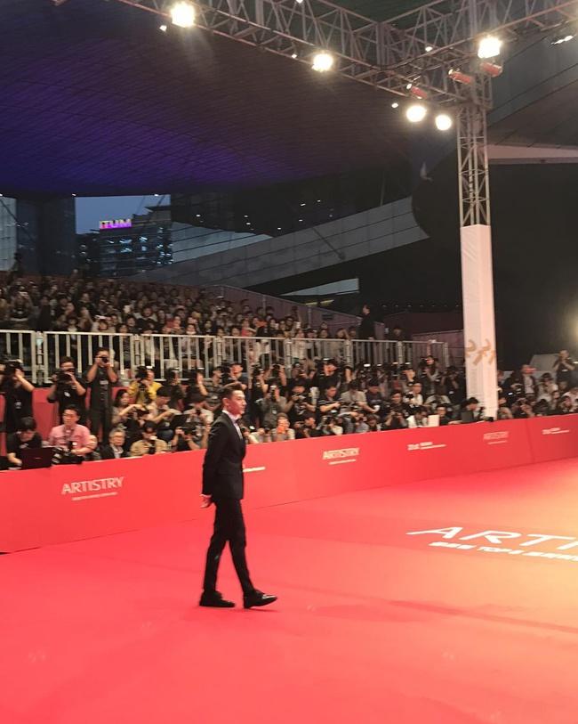 Isaac điển trai sải bước trên thảm đỏ liên hoan phim quốc tế Busan cùng dàn sao Hàn đình đám - Ảnh 2.
