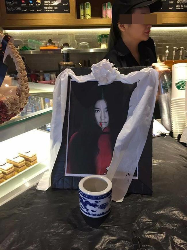 Phẫn nộ với ảnh bà bầu Lâm Tâm Như bỗng dưng lên bàn thờ trong quán cà phê ở Việt Nam - Ảnh 2.