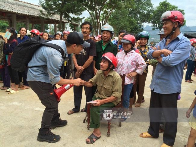 MC Phan Anh đang trao những phần quà đầu tiên: Mọi người thương con thì xếp hàng ngay ngắn vào ạ - Ảnh 3.