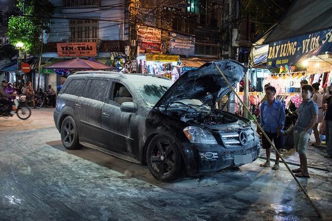 Hà Nội: Ô tô Mercedes bốc cháy ở phố Đồng Xuân - ảnh 1