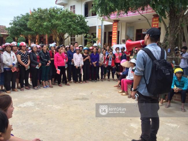 MC Phan Anh đang trao những phần quà đầu tiên: Mọi người thương con thì xếp hàng ngay ngắn vào ạ - Ảnh 4.