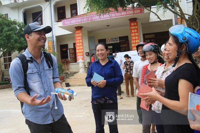 MC Phan Anh đang trao những phần quà đầu tiên: Mọi người thương con thì xếp hàng ngay ngắn vào ạ - Ảnh 6.