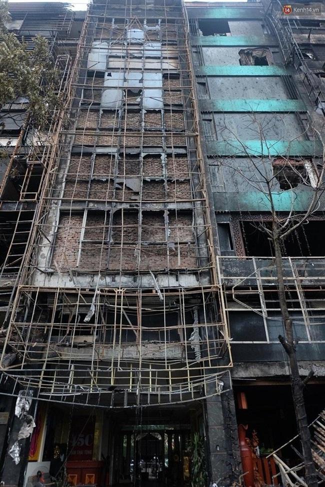 Hiện trường tan hoang sau vụ cháy quán karaoke trên đường Trần Thái Tông - Ảnh 2.