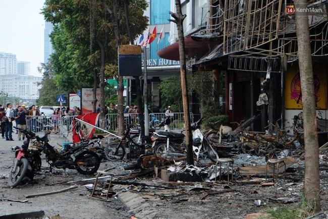 Hiện trường tan hoang sau vụ cháy quán karaoke trên đường Trần Thái Tông - Ảnh 10.