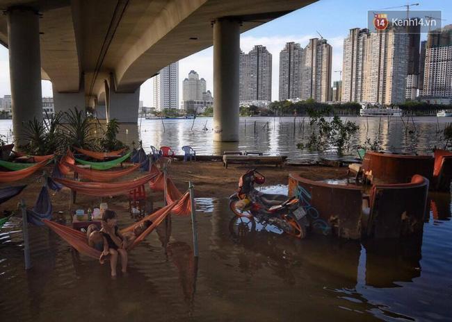Giấc ngủ đêm của người lao động nghèo ở Sài Gòn chỉ có giá... vài nghìn đồng! - Ảnh 2.