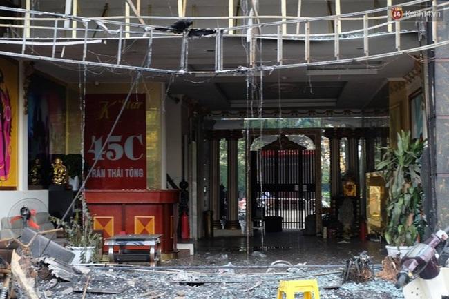 Hiện trường tan hoang sau vụ cháy quán karaoke trên đường Trần Thái Tông - Ảnh 5.