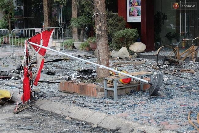 Hiện trường tan hoang sau vụ cháy quán karaoke trên đường Trần Thái Tông - Ảnh 11.