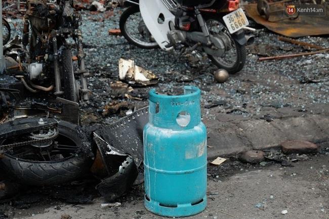 Hiện trường tan hoang sau vụ cháy quán karaoke trên đường Trần Thái Tông - Ảnh 12.